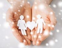 Руки человека с бумажными людьми Стоковые Фото