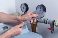 Руки человека с ключем Стоковое Изображение RF