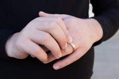 Руки человека с обручальным кольцом Стоковое Фото