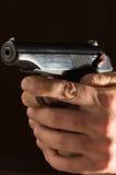Руки человека с оружием Стоковая Фотография