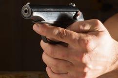 Руки человека с оружием Стоковые Фото