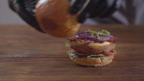 Руки шеф-повара делая конец-вверх бургера Вкусное приготовление пищи видеоматериал
