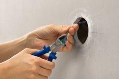 Руки электрика с резцом провода Стоковая Фотография RF