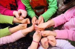 руки детей ok взгляд сверху знака выставки s Стоковое Фото