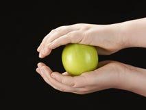 Руки Childs с яблоком Стоковая Фотография RF