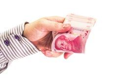 Руки Cman при рубашка подсчитывая китайские деньги юаней валюты изолированные на белой предпосылке Стоковая Фотография
