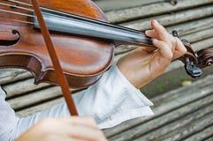 Руки Girl's на строках скрипки стоковое изображение