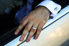 Руки groom закрывают вверх Стоковое Фото