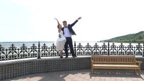 Руки Groom и невесты развевая акции видеоматериалы