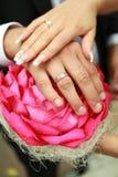 Руки groom на букете свадьбы Стоковая Фотография RF