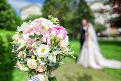 руки groom невесты букета bridal Запачканная несосредоточенная сцена стрельбы фото свадьбы Стоковые Фото