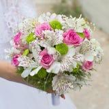 руки groom невесты букета bridal Стоковая Фотография