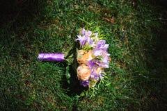 руки groom невесты букета bridal стоковое изображение