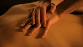 Руки Masseur делая задний массаж в спа-центре видеоматериал