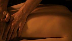 Руки Masseur делая массаж в спа-центре видеоматериал