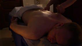 Руки masseur делая людей массажа задних сток-видео