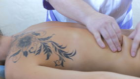 Руки masseur нагревают кожу задней части видеоматериал