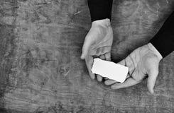 Руки Monochrome фото мужские держа белый чистый лист бумаги Стоковые Фото