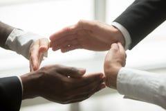 Руки multiracial африканских и кавказских людей соединяя в cir Стоковые Фотографии RF