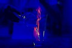 Руки ` s бармена в спирте бара внутреннем делая пламенеющий коктеиль Профессиональный бармен на работе в питье бара смешивая с го Стоковые Изображения RF