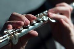 Руки ` s Гая на музыкальном инструменте ветра играть каннелюры поле глубины отмелое Музыка и звук Моделирование света Стоковые Изображения
