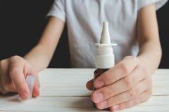 Руки ` s детей держат носовой брызг Стоковая Фотография