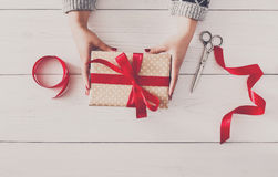 Руки ` s женщины дают подарок рождества в присутствующей коробке Стоковое Фото
