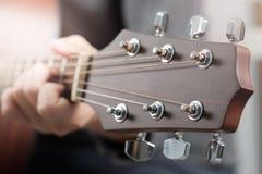 Руки ` s женщины играя акустическую гитару Стоковое фото RF