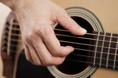 Руки ` s женщины играя акустическую гитару Стоковые Изображения RF