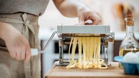 Руки ` s женщины используют автомат для резки макаронных изделий Стоковая Фотография