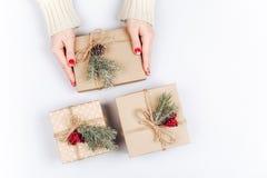 Руки ` s женщины и 3 подарочной коробки рождества Стоковое Фото