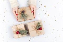Руки ` s женщины и 3 подарочной коробки рождества Стоковые Фотографии RF