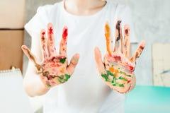 Руки ` s женщины покрашенные с акварелями Стоковое Изображение RF