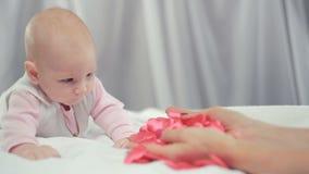 Руки ` s женщины приносят сердце младенца сток-видео