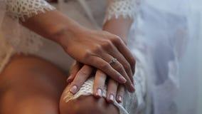 Руки ` s женщины с обручальными кольцами закрывают вверх сток-видео