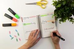 Руки ` s женщины с сочинительством ручки в плановике Современный стол офиса W стоковые изображения rf