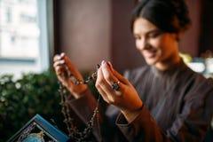 Руки ` s женщины с старой модой вводят шарики в моду Стоковое Изображение