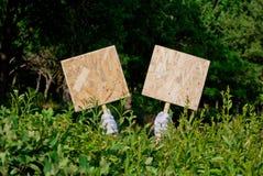 Руки ` s кельнера в белых перчатках держат 2 деревянных металлической пластинкы Стоковая Фотография RF