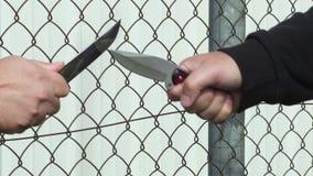 2 руки ` s людей с ножами
