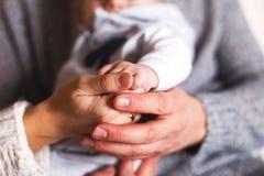 Руки ` s младенца владением родителей закрывают Стоковая Фотография