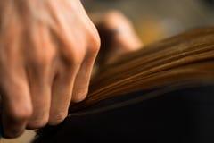 Руки ` s парикмахера на работе стоковое фото rf