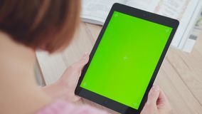 Руки ` s планшета и женщин конец вверх зеленый экран акции видеоматериалы