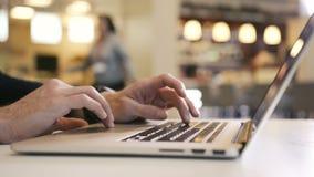 Руки ` s человека работая на компьтер-книжке анализируют диаграммы и диаграммы и пальцы печатая ключ видеоматериал
