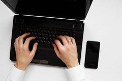 Руки ` s человека с тетрадью компьтер-книжки стоковая фотография