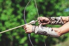 Руки ` s людей введенная стрелка на смычке Стоковая Фотография RF