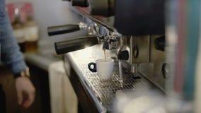 Руки ` s Barista делают кофе в кофеварке 4K сток-видео