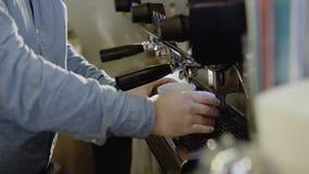 Руки ` s Barista делают 2 кофе в кофеварке 4K акции видеоматериалы