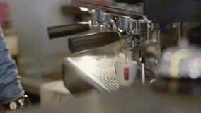 Руки ` s Barista делают кофе в кофеварке 4K акции видеоматериалы
