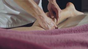 Руки ` s Masseur нагревают мужские ноги 4K акции видеоматериалы