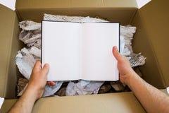 Руки unboxing новая тетрадь Стоковое Изображение RF